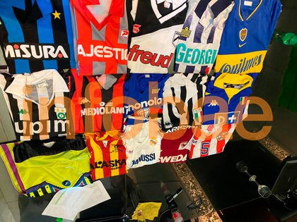 Varias de las casacas que Diego fue cambiando en su paso por el fútbol. Muchas pertenecieron a grandes estrellas, como Ruud Gullit