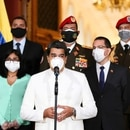 El dictador de Venezuela, Nicolás Maduro, con una máscara protectora hace una declaración en el Palacio de Miraflores en Caracas (Reuters)