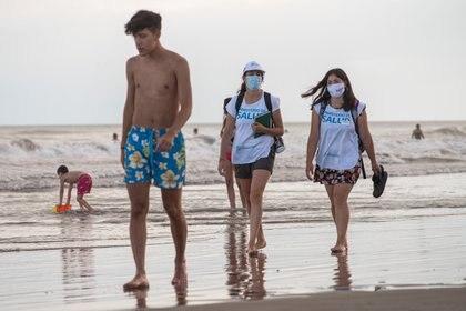 Dos promotoras de salud recorren la playa. A pesar de las recomendaciones, se vieron pocos barbijos
