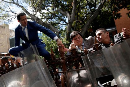 El presidente interino de Venezuela, Juan Guaido, intenta ingresar al edificio de la Asamblea Nacional bloqueado por las fuerzas del régimen de Maduro (5 de enero)