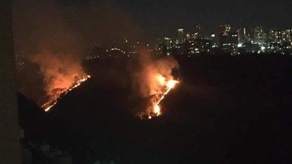 Fueron policías, bomberos, y elementos de Protección Civil y del Sistema de Aguas quienes atendieron el incendio (Foto: Twitter@kroseco25)