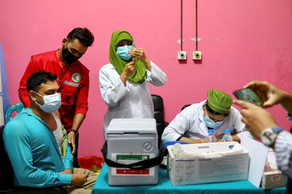 Un hombre es vacunado contra el COVID-19 en Dhaka, Bangladesh (REUTERS)