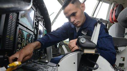 El personal con mayor experiencia, con mayor cantidad de horas de vuelo, cumple funciones en el equipo de control de calidad y son quienes realizan los vuelos de aceptación que, si bien son rutinarios, no están exentos de riesgo. Foto: Fernando Calzada.