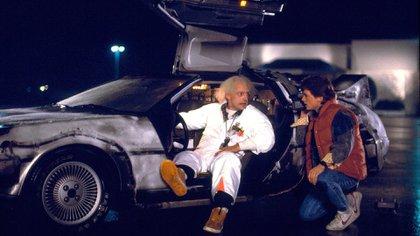 Christopher Lloyd (Emmett Brown) y Michael Fox (Marty McFly) con el  DeLorean de Volver al Futuro: un clásico en la historia del cine.