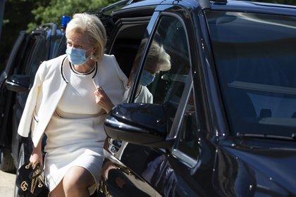 Una vez más, la princesa Astrid dio cátedra de estilo pero sin descuidar su salud, ya que lució una mascarilla celeste (AP)