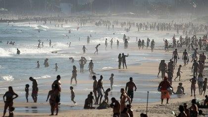 Cientos de personas disfrutan de la playa de Ipanema en medio de la pandemia de coronavirus en Río de Janeiro, Brasil, Junio 21, 2020. REUTERS/Ricardo Moraes