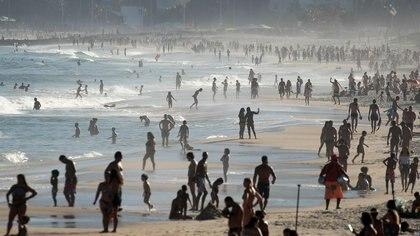 Pese a que los muertos e infectados por coronavirus siguen en alza, prácticamente todo el país volvió a la normalidad: cientos de personas copan las playas de Copacabana (REUTERS/Ricardo Moraes)