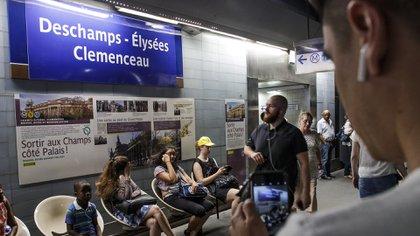 La estación se llama Champs Elysées-Clémenceau pero fue rebautizada como Deschamps Elysées-Clémenceau en los festejos del campeón (EFE)