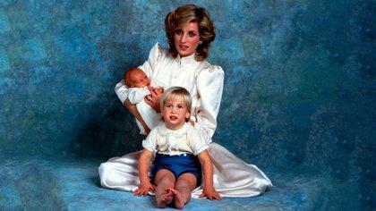Diana con el príncipe William y un recién nacido Harry en 1984. Shutterstock