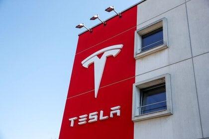 Foto de archivo del logo de Tesla en un edificio de la empresa en Berna.  Mar 25, 2020. REUTERS/Arnd Wiegmann