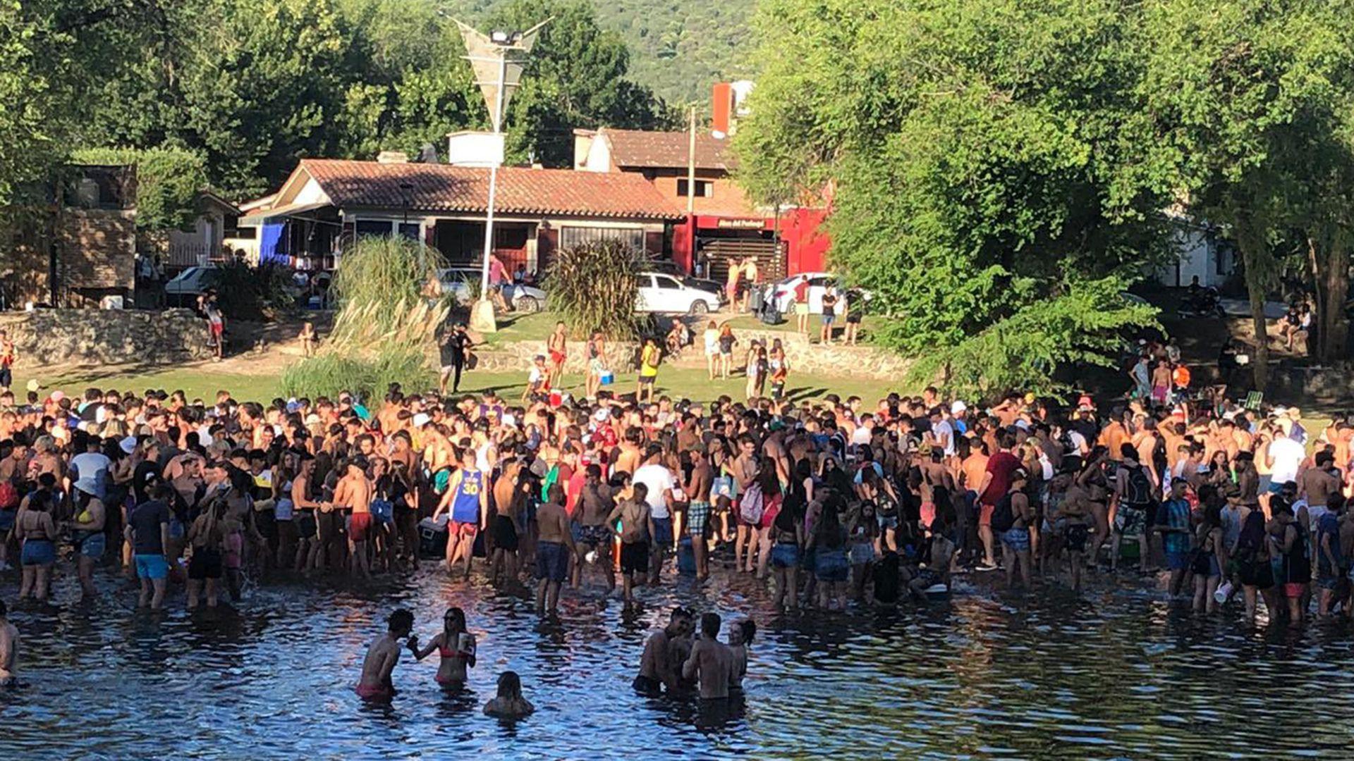 Balneario lleno de jóvenes en Santa Rosa de Calamuchita