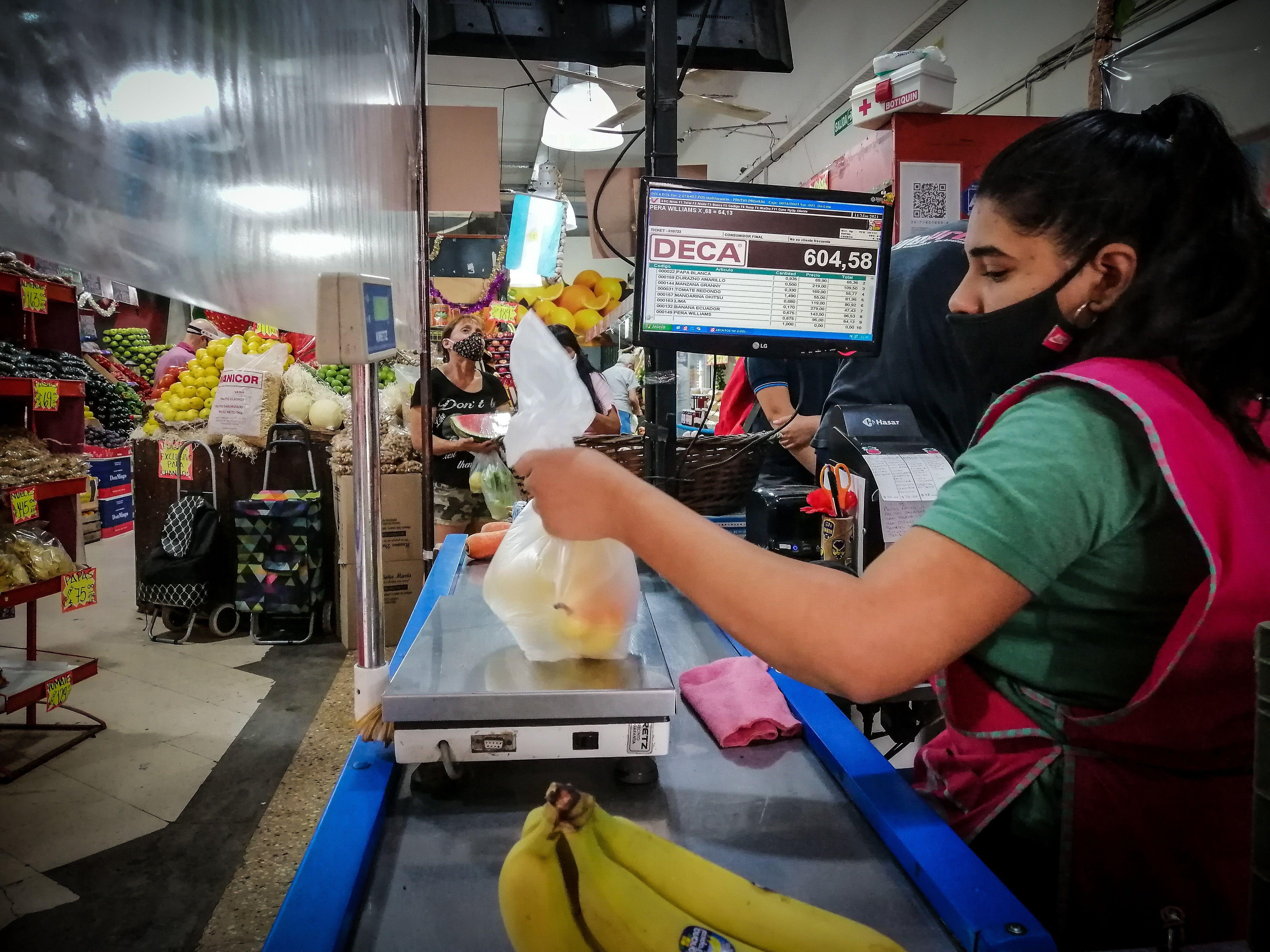 La cajera de un supermercado registra la compra de un cliente hoy, en Buenos Aires (Argentina). EFE/ Juan Ignacio Roncoroni