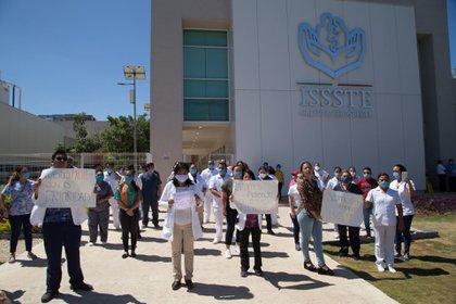 Manifestación de trabajadores del ISSSTE de Chilpancingo para exigir el equipo necesario para la atención de pacientes con COVID-19 (Foto: Dassaev Télez Adame/Cuartoscuro)