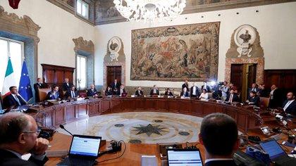 El primer ministro italiano Giuseppe Conte encabeza la primera reunión de gabinete del nuevo gobierno en el Palacio Chigi, el 5 de septiembre de 2019 (REUTERS/Remo Casilli)