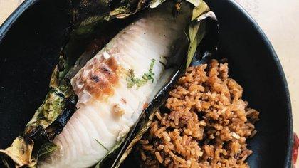 Patarasca, una cocción especial del pescado envuelto en hoja de bijao (la misma planta que se usa para envolver tamales o hallacas) que se cocina a la brasa. Foto: Procolombia