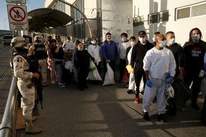 Inmigrantes mexicanos esperan fuera de un edificio del Instituto Nacional de Migración tras ser deportados desde Estados Unidos, en Ciudad Juárez, México, 21 de abril de 2020. REUTERS/Jose Luis Gonzalez/ARCHIVO