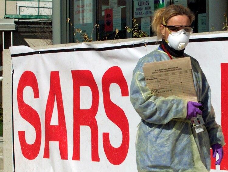 En 2003 el coronavirus causante del SARS se expandió desde el sur de China a 17 países, causó más de 8.000 infectados y dejó 800 muertos. (REUTERS/Mike Cassese)