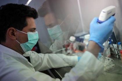 El mundo científico se ha revolucionado con el surgimiento del virus SARS-CoV-2 que originó la pandemia por COVID-19 en 2020 - REUTERS/Alkis Konstantinidis