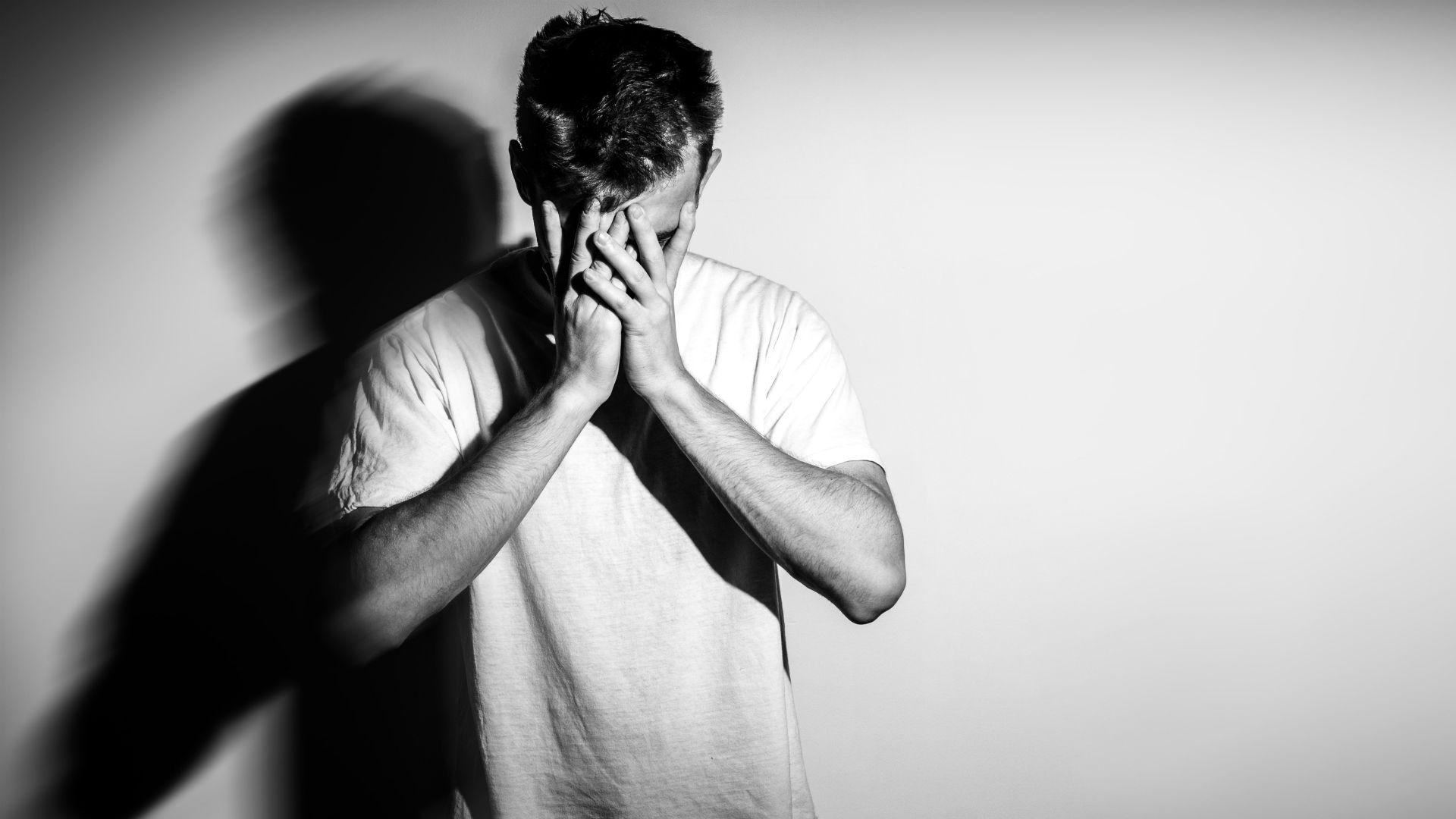 El estigma social sobre las personas con trastornos mentales puede llevar al auto-estigma. Como se las discrimina o se las trata diferente, se sienten que están destinados a la cronicidad de la enfermedad, señaló el médico psiquiatra Daniel Abadi, de Proyecto Suma.