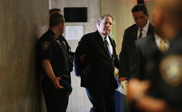 Weinstein ingresa esposado a la Corte Suprema de Nueva York el 9 de julio pasado (Spencer Platt/Getty Images/AFP)