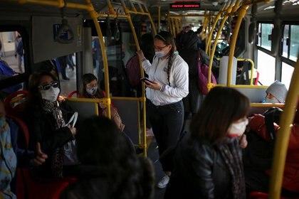 IMAGEN DE ARCHIVO. Personas utilizando mascarillas debido al brote de coronavirus viajan en un bus del transporte público, en Bogotá, Colombia, Agosto 27, 2020. REUTERS/Luisa Gonzalez