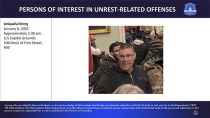 """""""Si usted ha sido testigo de acciones violentas ilegales, le instamos a que envíe cualquier información, fotos o videos que puedan ser relevantes a www.fbi.gov/USCapitol"""", añadieron"""
