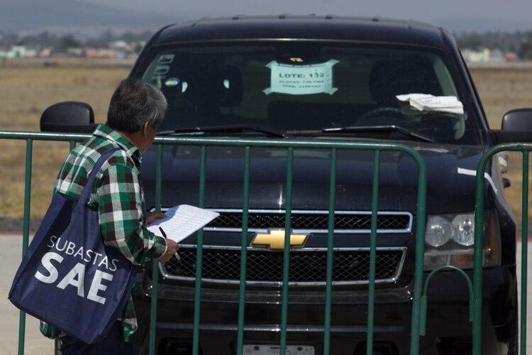 """Enrique Herrera, empresario de Nuevo León que compró ayer """"la bestia mexicana"""", adquirió hoy una Chevrolet Suburban por más de 1 millón y medio de pesos, dicha camioneta era utilizada por el expresidente Enrique Peña Nieto (Foto: Galo Cañas /CUARTOSCURO)"""