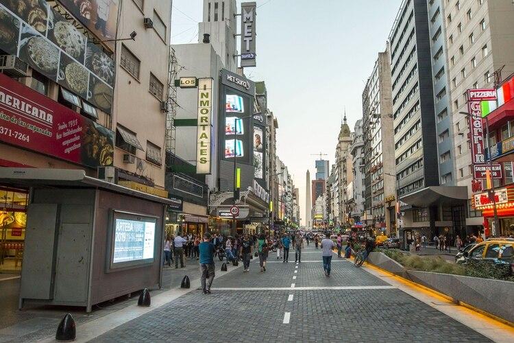 Corrientes se transformó en un paseo peatonal todas las noches, a partir de las 19 y hasta las 2 AM, manteniendo su espíritu y esencia, llena de librerías, disquerías, pizzerías y teatros