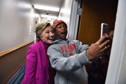 Durante la campaña a la presidencia de los Estados Unidos, la candidata Hillary Clinton lució sus clásicos tailleurs con ausencia de estampas en blanco, rojo, azul y violeta(AFP PHOTO / JEWEL SAMAD)