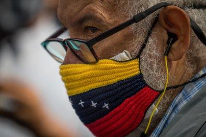 Un hombre con un tapaboca con los colores de la bandera venezolana (EFE)