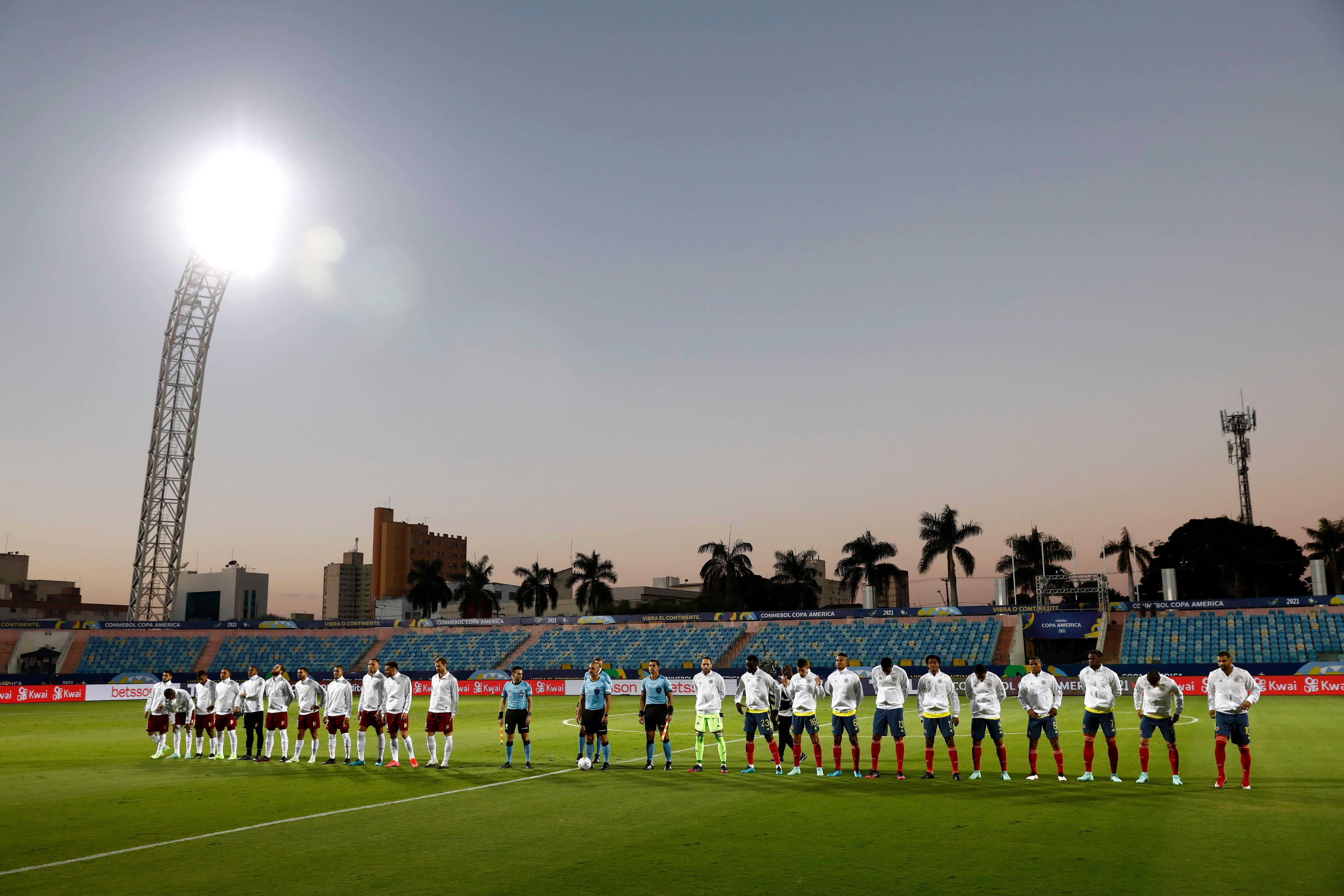 Los protagonistas en el momento de los himnos, antes de comenzar el partido. Foto: REUTERS/Diego Vara