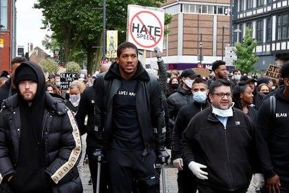 Anthony Joshua en las manifestaciones por la muerte de George Floyd (REUTERS/Paul Childs)