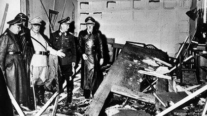 Altos oficiales nazis junto al jerarca Hermann Göring (de ropa clara) inspeccionan el salón del atentado