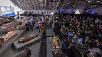 Periodistas se agolparon para informar sobre los sarcófagos antiguos recién descubiertos en una vasta necrópolis en Saqqara, Giza, Egipto, el sábado 14 de noviembre de 2020 (Foto AP/Nariman El-Mofty)