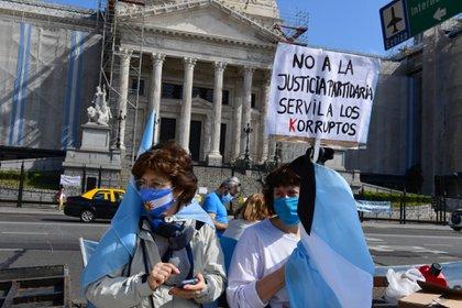 Un puñado de manifestantes que se oponen al proyecto de reforma judicial que impulsa el kirchnerismo cortaron la avenida Entre Ríos, frente al Congreso