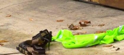 Una de las vestimentas de los presuntos atacantes que, se dice, iban vestidos de personal de limpieza para evitar sospechas (Captura de pantalla Noticieros Televisa)