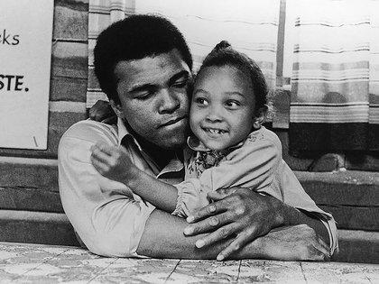 Muhammad Ali pasando el rato con su hija Maryum, 1974 (Archivo)