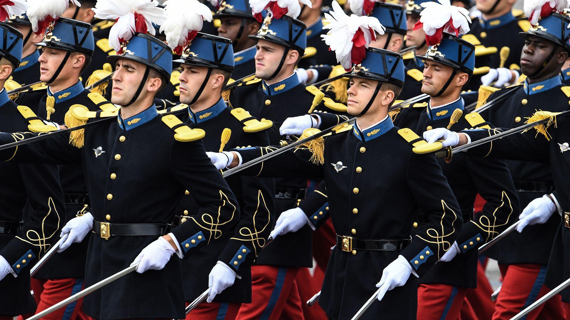 Alumnos de la Ecole Speciale Militaire de Saint-Cyr participan del desfile (AFP)