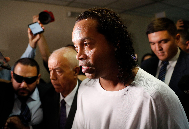 Ronaldinho podría recibir un impensado castigo por parte de la empresa EA Sports por sus problemas con la Justicia de Paraguay (AP Photo/Jorge Saenz)