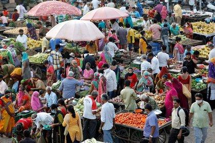 Orang-orang berbelanja di pasar buah dan sayuran terbuka di tengah wabah Penyakit Coronavirus (COVID-19) di Ahmedabad, India.  7 September 2020. (Reuters) / Amit Dev