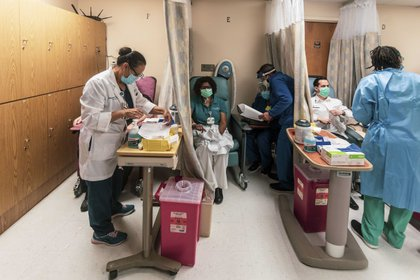 Personas reciben la vacuna contra el COVID-19 en Miami. (Saul Martinez/The New York Times)