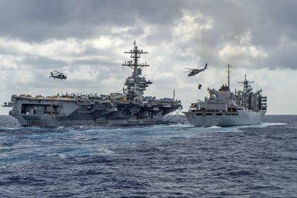 El USS Abraham Lincoln se reabastece en el medio del mar (AFP)