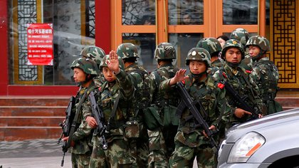 Policías paramilitares chinos en el centro de Urumqi en la Región Autónoma Uigur del Xinjiang (REUTERS/Petar Kujundzic)