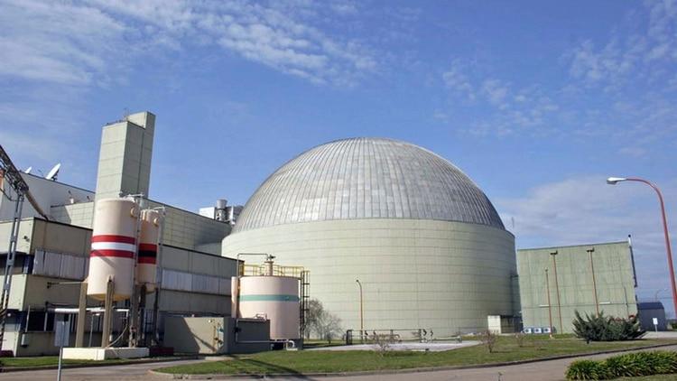La dosis permitida de radiación para los trabajadores es de 20 milisievert (es una unidad de radiación: Sv) en todo el año. Una referencia: una tomografía computada de abdomen ofrece una dosis de 10 Sv