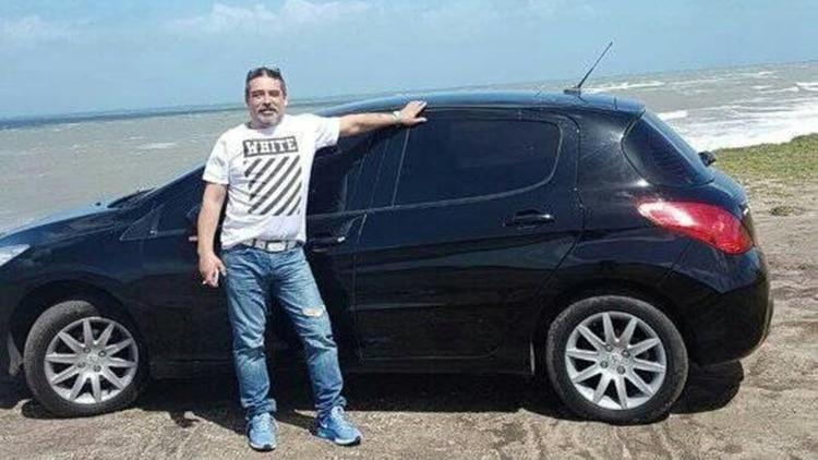 Urtiaga junto a su Peugeot 208