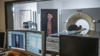 Esta imagen muestra a los arqueólogos viendo imágenes de rayos X de la momia egipcia embarazada tomadas el 15 de diciembre de 2015 en un centro médico en Otwock cerca de Varsovia, Polonia (AFP)