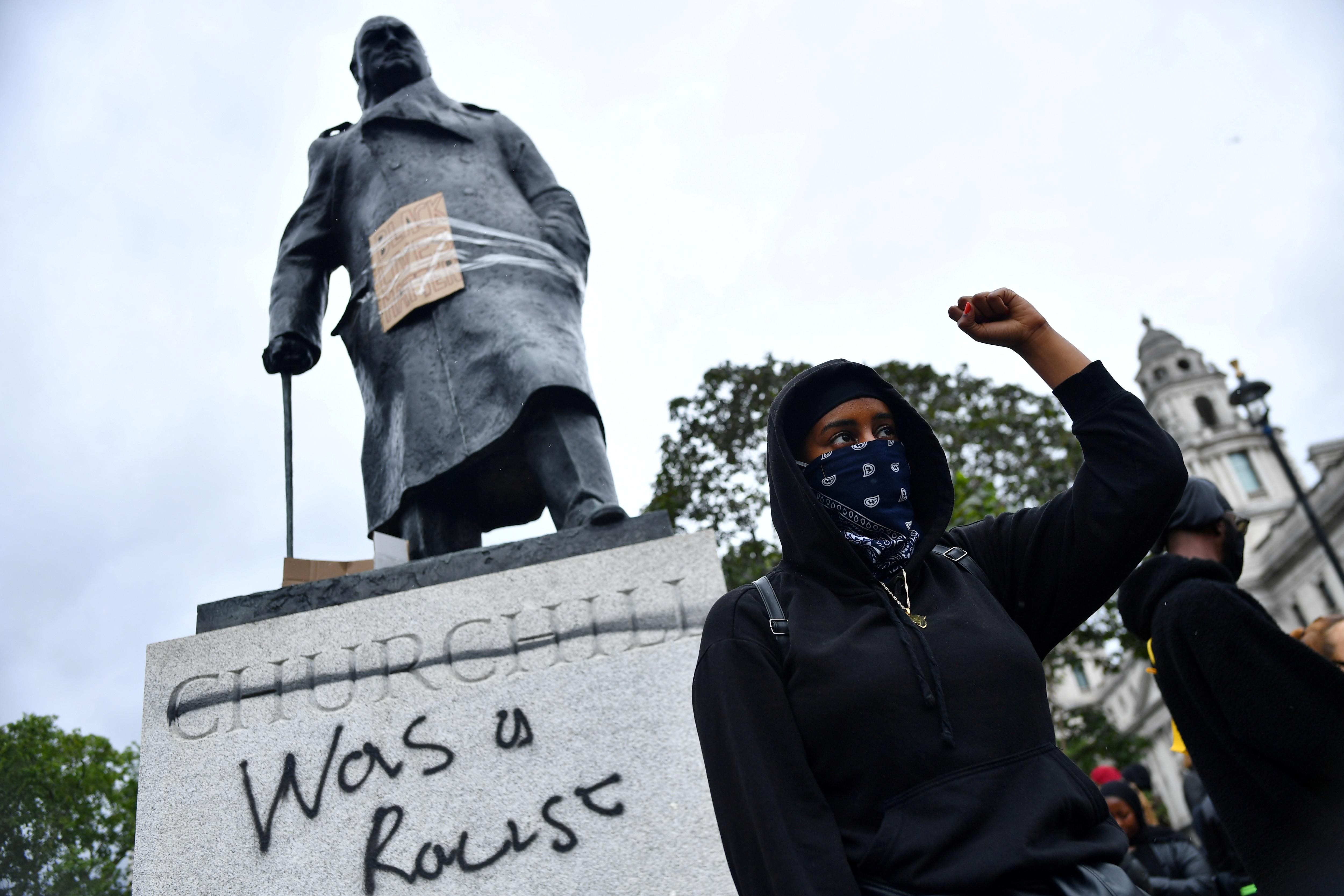 En medio de las protestas contra el racismo, manifestantes vandalizaron la estatua de Churchill en Londres  - Infobae