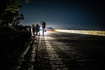 Un grupo de venezolanos, entre ellos Jessika y Sebastián, caminan de vuelta a casa en mayo (foto: Federico Rios para The New York Times)