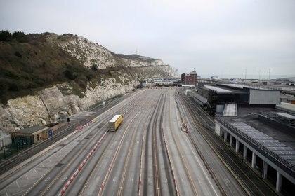 Un camión llega al puerto de Dover tras el fin del periodo de transición del Brexit, 1 de enero de 2021 (REUTERS/Peter Cziborra TPX IMAGES OF THE DAY/File Photo)
