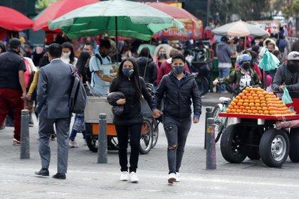 Una pareja camina con tapabocas Bogotá (Colombia). EFE/Mauricio Dueñas Castañeda/Archivo